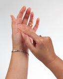 Mano femenina que sostiene smartphone invisible fotografía de archivo