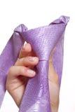 Mano femenina que sostiene un lazo violeta Foto de archivo libre de regalías