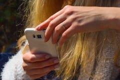 Mano femenina que sostiene un smartphone Imagen de archivo libre de regalías