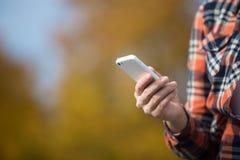Mano femenina que sostiene un teléfono móvil Imágenes de archivo libres de regalías