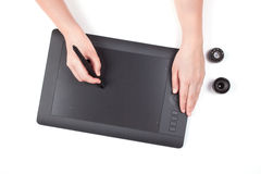 Mano femenina usando la tableta gráfica Imagenes de archivo