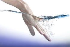 Mano femminile in acqua Fotografia Stock