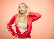 Mano femminile all'ascolto dell'orecchio Immagine Stock Libera da Diritti