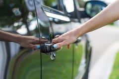 Mano femminile che apre un portello di automobile immagini stock libere da diritti