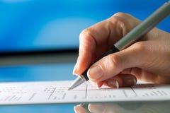Mano femminile che esamina documento con la penna. Fotografia Stock Libera da Diritti