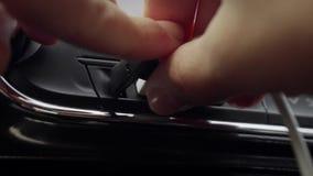 Mano femminile che inserisce il cavo di USB in automobile stock footage