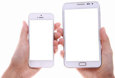 Mano femminile che mostra a due Smart Phone differente schermo in bianco immagini stock