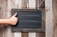 Mano femminile che mostra i pollici su sul bordo di gesso Fotografia Stock Libera da Diritti