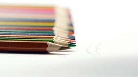 Mano femminile che prende matita colorata e che attinge Libro Bianco Fotografia Stock