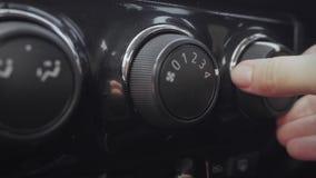 Mano femminile che regola la manopola del condizionamento d'aria in automobile archivi video