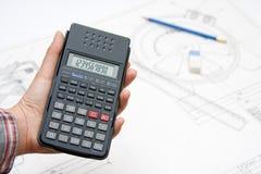 Mano femminile che tiene calcolatore scientifico Fotografia Stock
