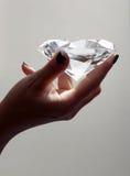 Mano femminile che tiene diamante surdimensionato Immagine Stock Libera da Diritti