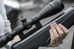 Mano femminile che tiene un fucile Immagini Stock Libere da Diritti