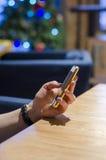 Mano femminile con il telefono Immagine Stock Libera da Diritti