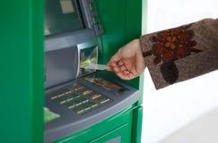 Mano femminile con la carta di credito Fotografia Stock