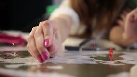 Mano femminile con posizione della marcatura del perno sulla mappa archivi video