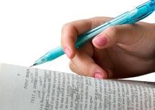 Mano femminile con una matita Immagine Stock