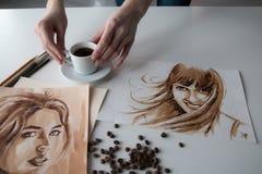 Mano femminile del ` s dell'artista sulla tavola Immagini Stock