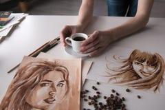 Mano femminile del ` s dell'artista sulla tavola Fotografia Stock Libera da Diritti