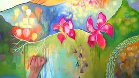 Mano femminile della ragazza dell'artista della donna che disegna pittura variopinta con la spazzola su tela nello studio di arte archivi video