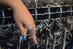 Mano femminile elegante con un anello Immagini Stock Libere da Diritti