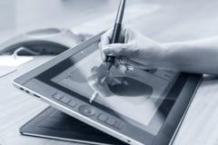Mano femminile facendo uso della tavola e dello stilo del grafico digitale mentre lavorando all'ufficio moderno Primo piano foto  fotografie stock