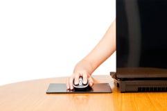 Mano femminile su un mouse Immagine Stock