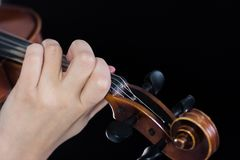 Mano femminile sul violino di fretboard Le dita premono le corde Per copertura delle notizie di musica Fine in su Priorità bassa  fotografia stock