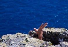 Mano fra le rocce Fotografie Stock Libere da Diritti