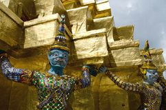 Mano gigante para levantar la base de la pagoda Imágenes de archivo libres de regalías
