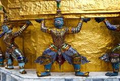 Mano gigante per alzare la base del pagoda immagine stock