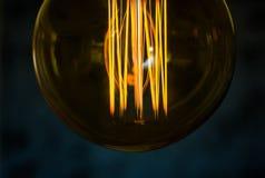 Mano hermosa de las mujeres en el tipo bulbos de Edison imagen de archivo libre de regalías