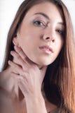 Mano hermosa joven de la mujer en headshot del cuello fotografía de archivo libre de regalías