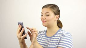 Mano hermosa joven de la mujer que escribe SMS, mandando un SMS en smartphone almacen de video