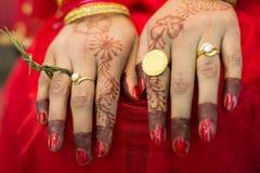 Mano hindú del ` s de la novia del Nepali Foto de archivo