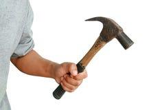 Mano humana agresiva que sostiene el martillo imagen de archivo