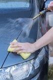 Mano humana con el coche que se lava del jabón de la esponja Fotografía de archivo libre de regalías
