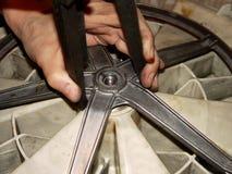 mano humana con una herramienta para reparar la lavadora imágenes de archivo libres de regalías