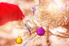 Mano humana que adorna el fondo iluminado árbol de navidad al aire libre Imágenes de archivo libres de regalías