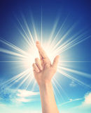 Mano humana que cruza dos fingeres sobre el cielo Fotos de archivo libres de regalías