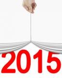 Mano humana que levanta la cortina blanca con el rojo brillante 2015 Fotos de archivo libres de regalías