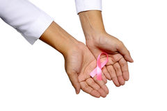 Mano humana que sostiene la cinta rosada Fotos de archivo