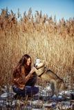 Mano humana que sostiene la pata del perrito fornido Imagen de archivo