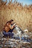 Mano humana que sostiene la pata del perrito fornido Fotografía de archivo libre de regalías