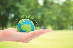 Mano humana que sostiene la tierra verde Imagen de archivo