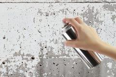 Mano humana que sostiene una poder de espray de la pintada Imagen de archivo