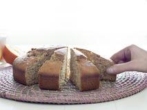 Mano humana que toma un pedazo de torta aislado en blanco Fotografía de archivo libre de regalías