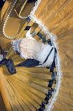 Mano inguantata che tiene un ventilatore ad un carnevale Fotografie Stock Libere da Diritti