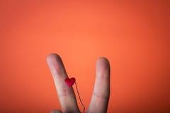 mano isolata sul fondo di rosso arancio Fotografia Stock Libera da Diritti