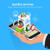 Mano isometrica dell'uomo facendo uso dello smartphone che prenota servizio di lavanderia online Prenoti i servizi di lavanderia  Immagini Stock Libere da Diritti